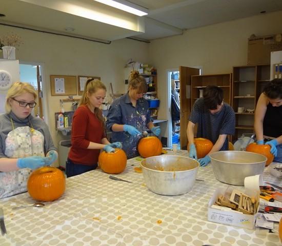 Kunsklassen på Åsane folkehøgskole lager gresskarlykter