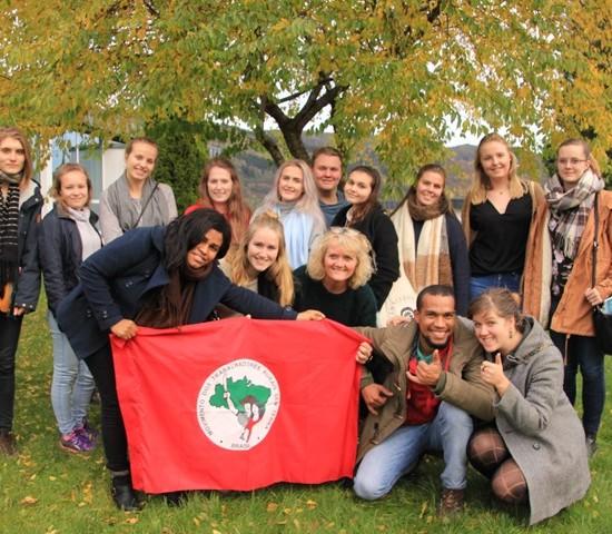 Latin-Amerikagruppa saman med elevar på Åsane folkehøgskole