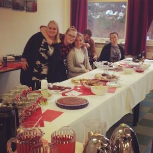 Relativt fornøyd gjeng selger kaker og kaffe på julemarked til inntekt for APSA.