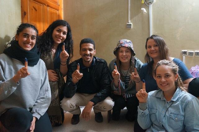 Vi tar med bilde med blå finger for å støtte Saharawienes rett til folkeavstemning, sammen med vår venn fra Vest-Sahara. Foto: Priya Bains.