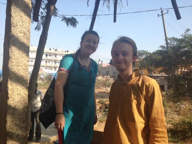Dina og Mathias i sine nye indiska klesdrakter.