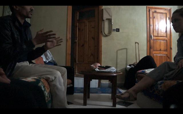 Stillbilde fra samtalen på hotellrommet. Foto: Priya Bains.