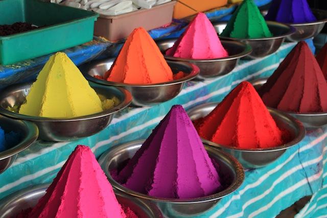 Fargepulver på Devaraja markedet i Mysore.