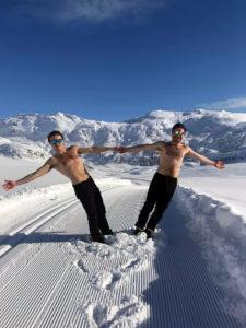 Gutta fra Åsane folkehøgskole poserer i bar overkropp i skiløypene på Kvamsskogen