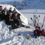 Rastepause i snøfonna for elever og lærerbarn fra Åsane folkehøgskole