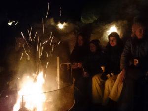 Bålkos på Kvamsskogen. Elever fra Åsane folkehøgskole.