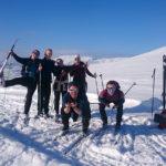 Elever fra Åsane folkehøgskole poserer i solskinn og snø på Kvamsskogen