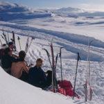 Elever fra Åsane folkehøgskole har hvilepause i snøen på Kvamsskogen