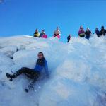 Elever fra Åsane folkehøgskole aker i snøen på Kvamsskogen