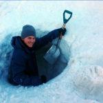 Fabian fra Åsane folkehøgskole graver seg dypt ned i snøen
